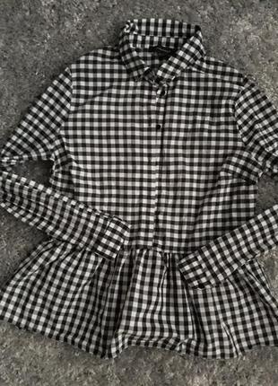 Шикарная трендовая рубашка в клетку с рюшей по низу