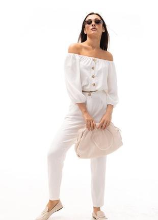 Летний женский костюм с брюками и короткой блузкой молочный