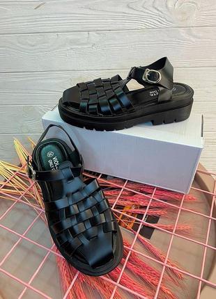 Чёрные сандали