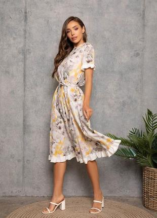 Принтоване квітами плаття з білими рюшами