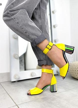 Босоножки на низком каблуке кожаные