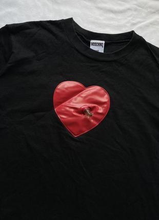 Интересная футболка с надувным сердцем moschino