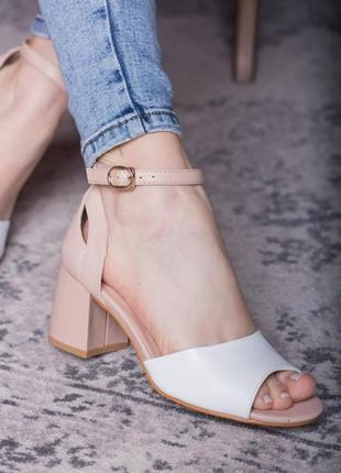 Белые/бежевые туфли босоножки женские белого/бежевого цвета на среднем каблуке с ремешком летние