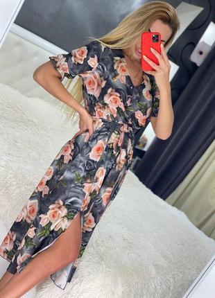 Платье серое миди цветочное софт с поясом разрезом розовое на резинке