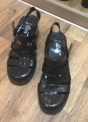 Босоножки резиновые на каблуке