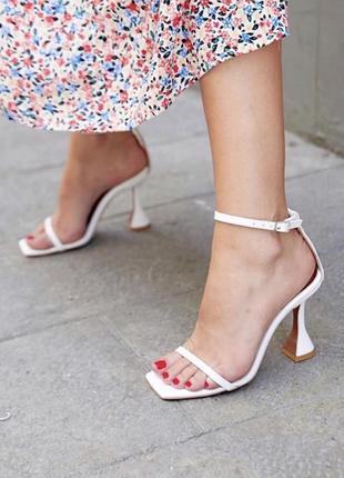 Трендовые босоножки на каблуке рюмочке в разных цветах.