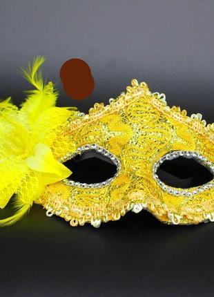 Желтая карнавальная маска на твердой основе с большим цветком для интима или на маскарад
