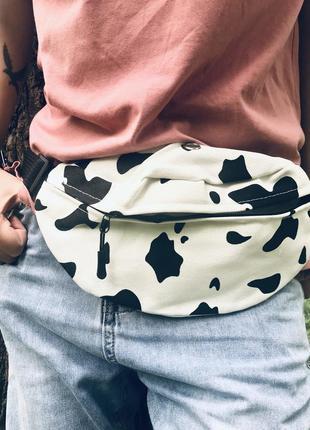 Стильна сумка-бананка з цікавим принтом корівки