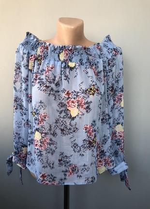 Блуза в цветочный принт с оголенными плечами