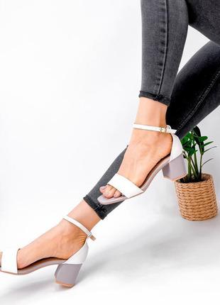 Босоножки на каблуке белые с лавандовым