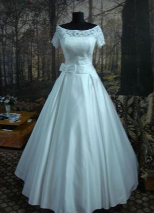 Платье с атласной юбкой.