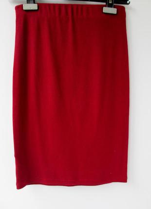 Бордовая юбка выше колена