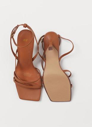 Актуальные коричневые босоножки с квадратным носком