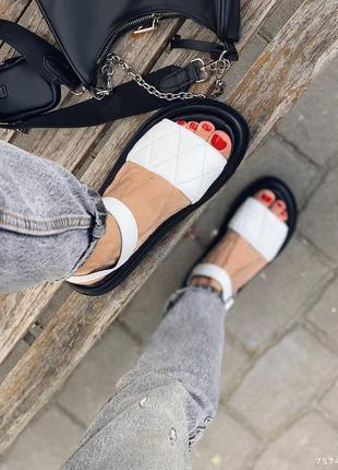 Кожаные стеганные сандалии на толстой подошве. наложка
