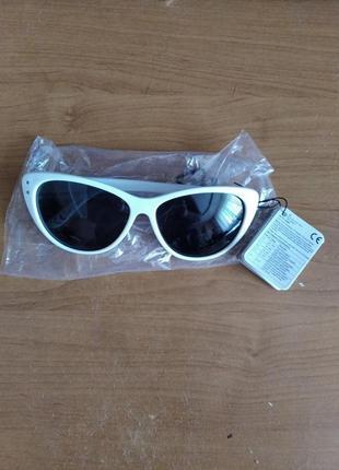 Солнцезащитные женские очки в белой оправе