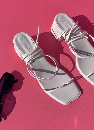 Босоножки белые на завязках квадратный носок на каблуке , тренд 2021