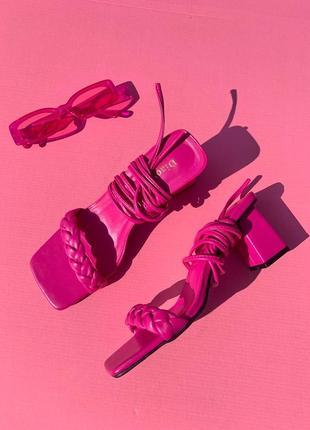 Босоножки розовые на завязках квадратный носок на каблуке , тренд 2021