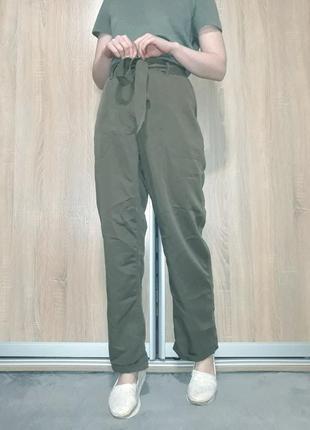 Широкие прямые легкие брюки палаццо цвета хаки с поясом на высокой посадке