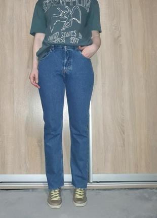 Хлопковые ровные синие джинсы мом на высокой посадке с необработанным краем