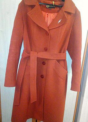 Стильное осеннее драповое пальто трендового кирпичного цвета весеннее