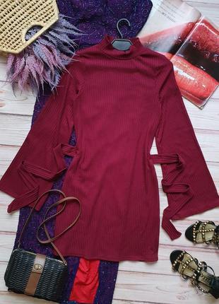 Красивое приталеное платье в рубчик с поясом и рукавами клеш