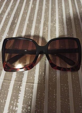 Модные очки в черной с красным оправе
