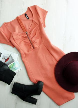 Плотное фактурное платье по фигуре