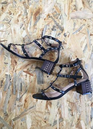 Босоножки с заклепками на квадратном каблуке