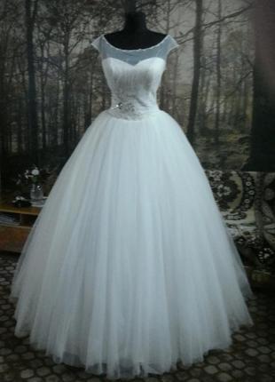 Новое свадебное платье с пышной юбкой.