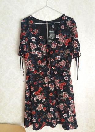 Красивое платье в цветы с интересными деталями от бренда new look