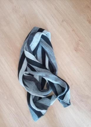 Длинный серый шарф в полоску