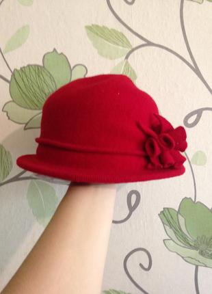 Красная шляпа с цветком