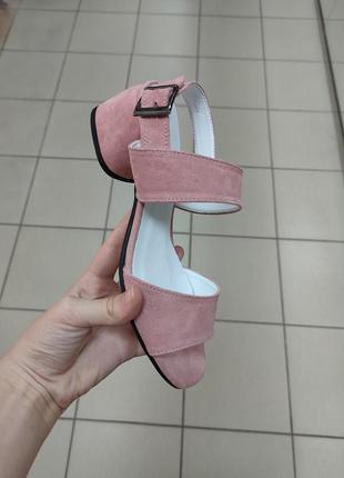 Замшевые нежно розовые босоножки на каблуке 5 см