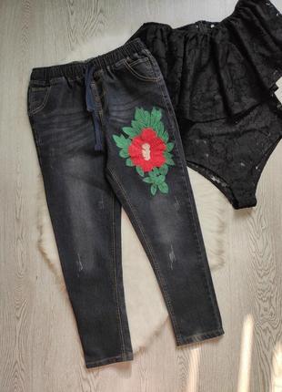 Синие джинсы плотные на резинке прямые мом с цветочной вышивкой кроп укороченные