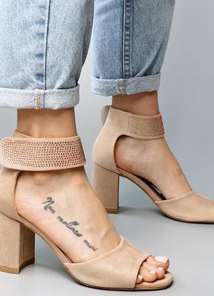 Босоножки боссоножки сандалии туфли бежевые на высоком среднем каблуке эко замш со стразами