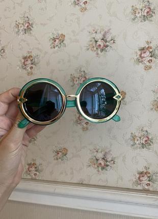 Солнечные очки круглой формы зелёного цвета