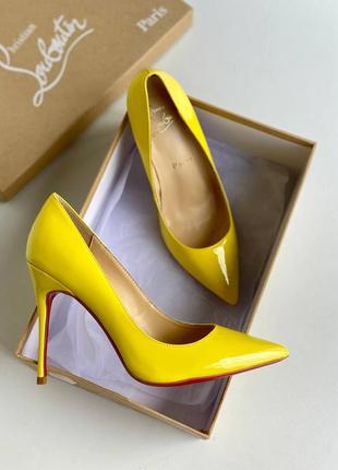 Лаковые жёлтые туфли-лодочки