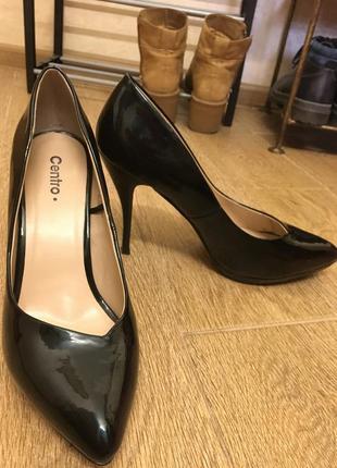 Черные туфли на высоком каблуке лаковые