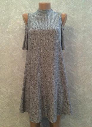 Платье в рубчик трапеция серое серебристое под горло с открытыми плечами коротким  рукавом