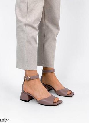 Кожаные красивые босоножки на каблуке