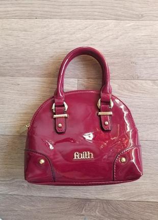Маленькая лаковая сумочка на руку