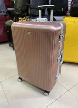 Большой чемодан на защёлках на 23 кг поликарбонат