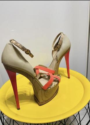 Яркие босоножки  на высоком каблуке sasha fabiani