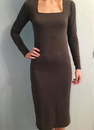 Серое трикотажное платье ниже колена миди