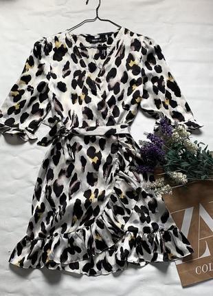 Новое платье на запах в леопардовый принт с рюшами сатиновое платье