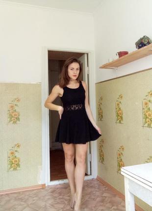 Вечернее, коктейльное чёрное платье с кружевной вставкой на талии