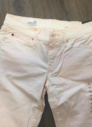 Новые светло-розовые джинсы