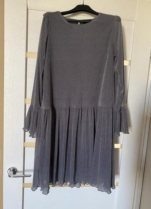 Серое блестящее платье миди