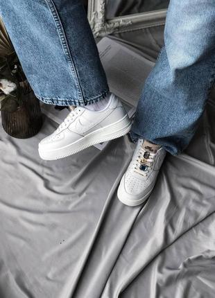 Модные кроссовки женские белые