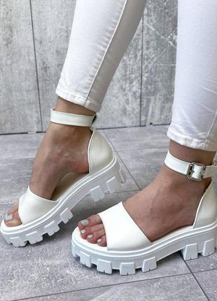 Босоножки белые кожаные на платформе